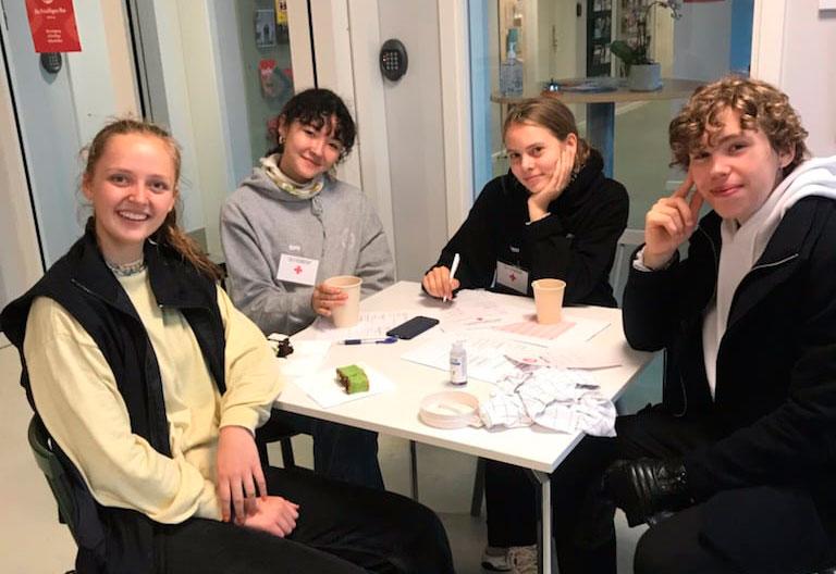 4 glade gymnasieindsamlere fra Aalborg Katedralskole (Viktor, Martine, Alma og Anna), som samlede ind i distrikt Vejgaard.